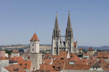 Regensburg mit der Steinernen Brücke über die Donau und dem Dom St. Peter