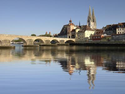 Die historische Altstadt von Regensburg mit der Steinernen Brücke